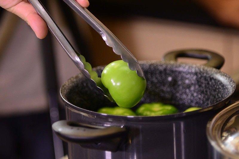 Calentar agua en el perol Perdura, cuando este caliente añadir la pechuga con un ¼ de cebolla, con un poco de sal, dejar cocer durante 25 minutos. Dejar enfriar y desherbar. Calentar agua en el perol Perdura y agregar los tomates verdes, ¼ de cebolla y el diente de ajo. Cocer durante unos minutos, cuidando que no se rompan los tomates, dejar enfriar.