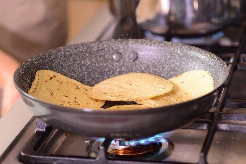 Calentar las tortillas.