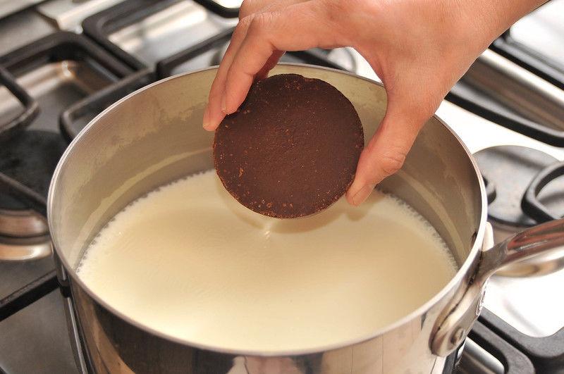 Poner la leche a calentar a lumbre media hasta que suelte el hervor. Añadir las tabletas de chocolate. Bajar la lumbre.