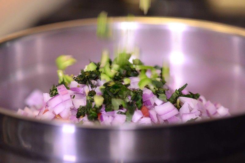 Añadir jitomate, cebolla, hierbabuena y chile serrano, revolver bien sazonando con pimienta y sal.