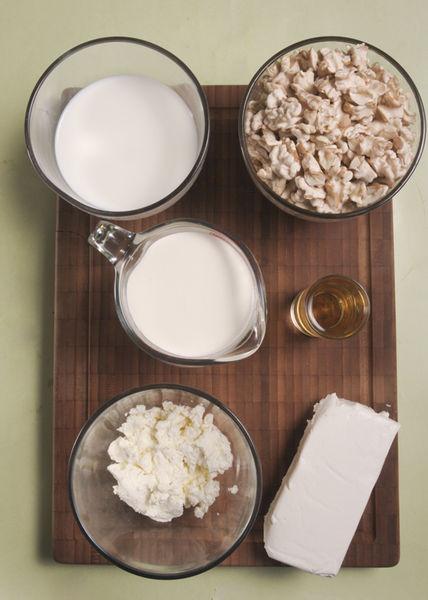 ½ taza de crema de leche de vaca 250 gramos de nuez de castilla, pelada 190 gramos de queso crema 2 cucharadas de queso de cabra Leche al gusto ½ copa de jerez ¼ taza de azúcar blanca