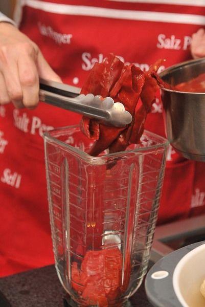 Poner a hervir los tomates junto con la cebolla, el ajo y los chiles desvenados en una olla con agua durante 5 minutos hasta que a los jitomates se les desprenda la cáscara. Moler los jitomates cocidos en la licuadora con el ajo, cebolla y chiles.