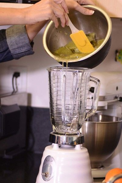 Mezclar en un tazón el puré de kiwi con el jugo de limón, menta y el almibar frio. Congelar cerca de 4 horas hasta helar. Sacar del congelador y batir hasta dejar terso, agregar la clara de huevo y el licor de naranja hasta que este esponjoso.