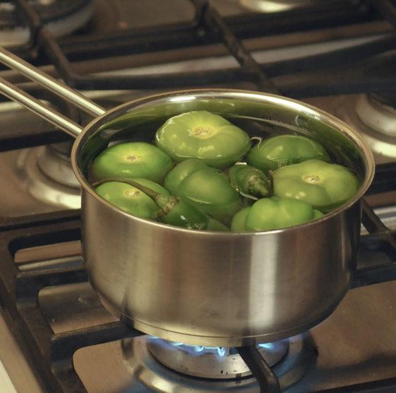 Hervir los tomates junto con los chiles serranos durante aproximadamente 5 minutos hasta que cambien de color, es importante que la cáscara no se abra para que no se tornen ácidos.
