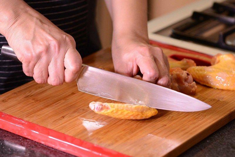 Para preparar las alitas, enjuagar con agua, cortar en 3 partes y descartar la punta del ala, ya que no tiene mucha carne.