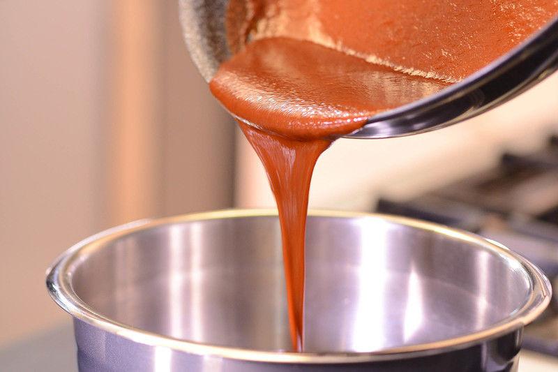 Salpimentar las alitas, colocarlas en un tazón con la mitad de la salsa y dejar marinar al menos 30 minutos.