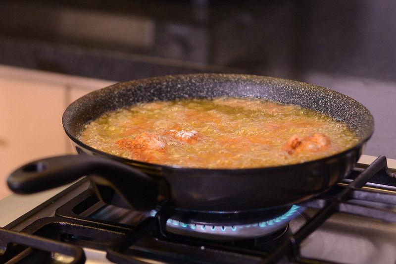 Calentar el sartén Perdura con el aceite de canola durante 3 minutos, hasta que esté bien caliente. Sofreír las alitas durante 7 minutos dándoles vuelta para que se cuezan parejo.