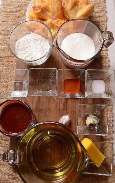 Ingredientes para el aderezo: 1 cucharada de queso azul 1 taza de crema de leche de vaca Ingredientes para la salsa: 1 diente de ajo 60 gramos de mantequilla 1/2 cucharita de vinagre blanco 2 cucharadas de paprika 1 taza de salsa picante búfalo Nuevo Ingredientes para las alitas: 1/4 cucharita de pimienta negra molida 3 tazas de aceite de canola 1 cucharita de sal 1 taza de harina de trigo 12 piezas de alas de pollo