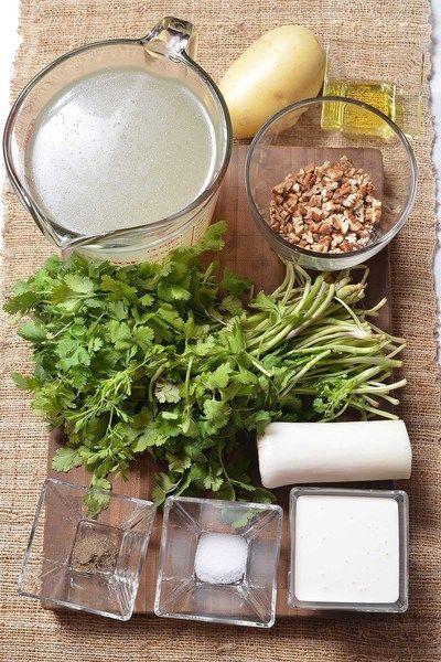 1 manojo de cilantro fresco 1 cucharada de aceite de oliva 1/2 taza de nuez picada 1/4 cucharita de pimienta negra molida 1 cucharita de sal 6 cucharadas de crema de leche de vaca 4 tazas de caldo de pollo 1/2 pieza de poro 1 pieza de papa blanca