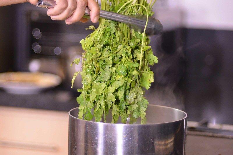 Poner a cocer la papa picada en una olla honda pequeña con agua durante 10 a 15 minutos o hasta que estén cocidas. Dejar enfriar, pelar y cortar en trozos. Calentar agua en una olla honda mediana, cuando suelte el hervor, añadir el cilantro y cocer durante un par de minutos.