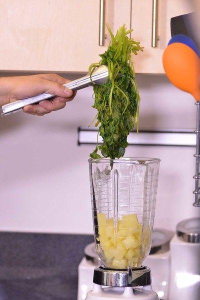 Agregar a la licuadora el cilantro.