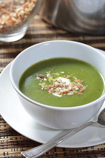 Servir la sopa decorada con una cucharada de crema y un poco de nuez picada.